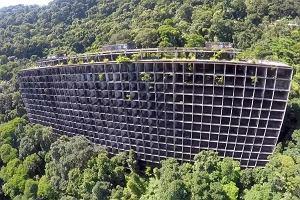 Miał być rajem dla turystów, resortem idealnym. Od ponad 40 lat stoi opuszczony w środku lasu