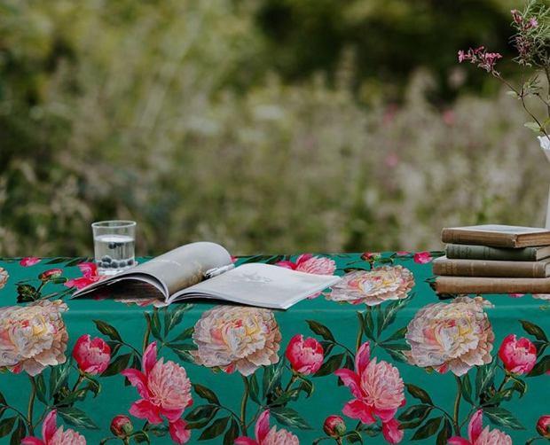 Wzorzysty obrus ogrodowy teraz nawet 57% taniej! Ten z motywem florystycznym jest idealny na wiosnę