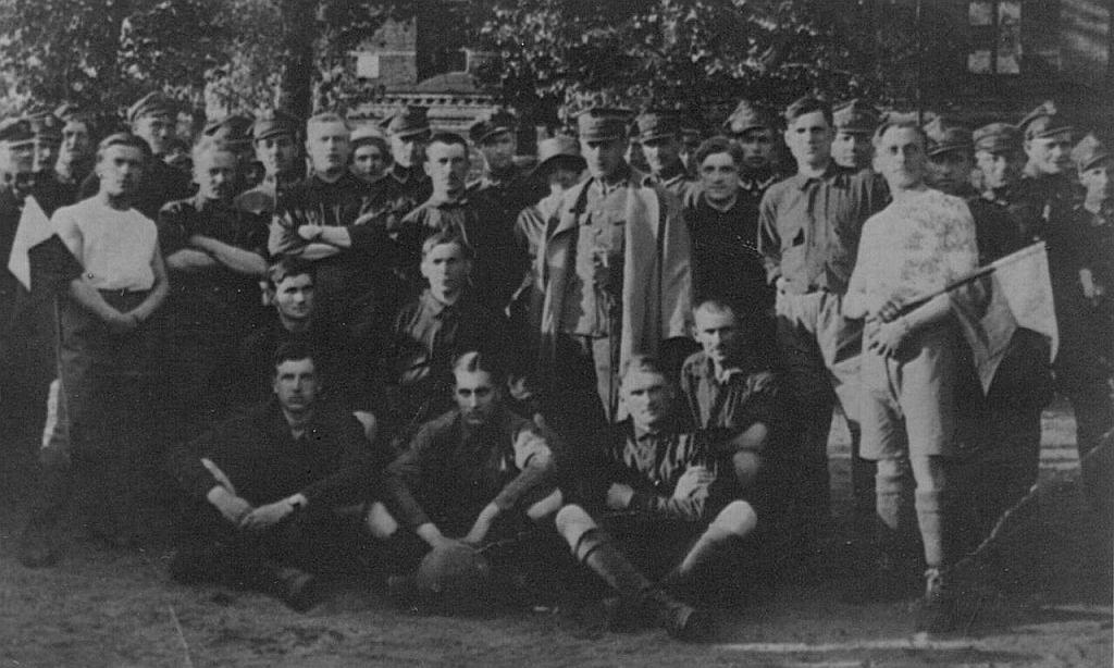 30 maja 1920 roku rozegrano pierwszy mecz w historii Jagiellonii. Na zdjęciu drużyna 42. Pułku Piechoty z 1920 roku.