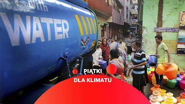 Indie, miasto Ćennaj, ludzie czekają na wodę.