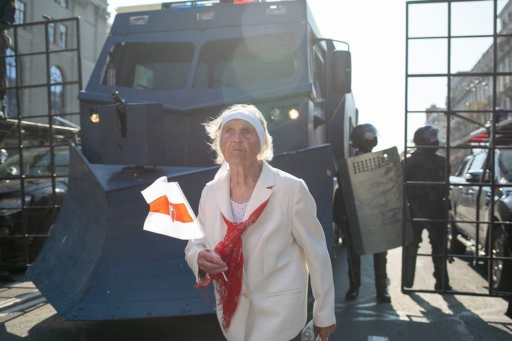 Starsza kobieta z flagą Białorusi. Jedno ze zdjęć prezentowanych podczas Fotofestiwalu w Łodzi