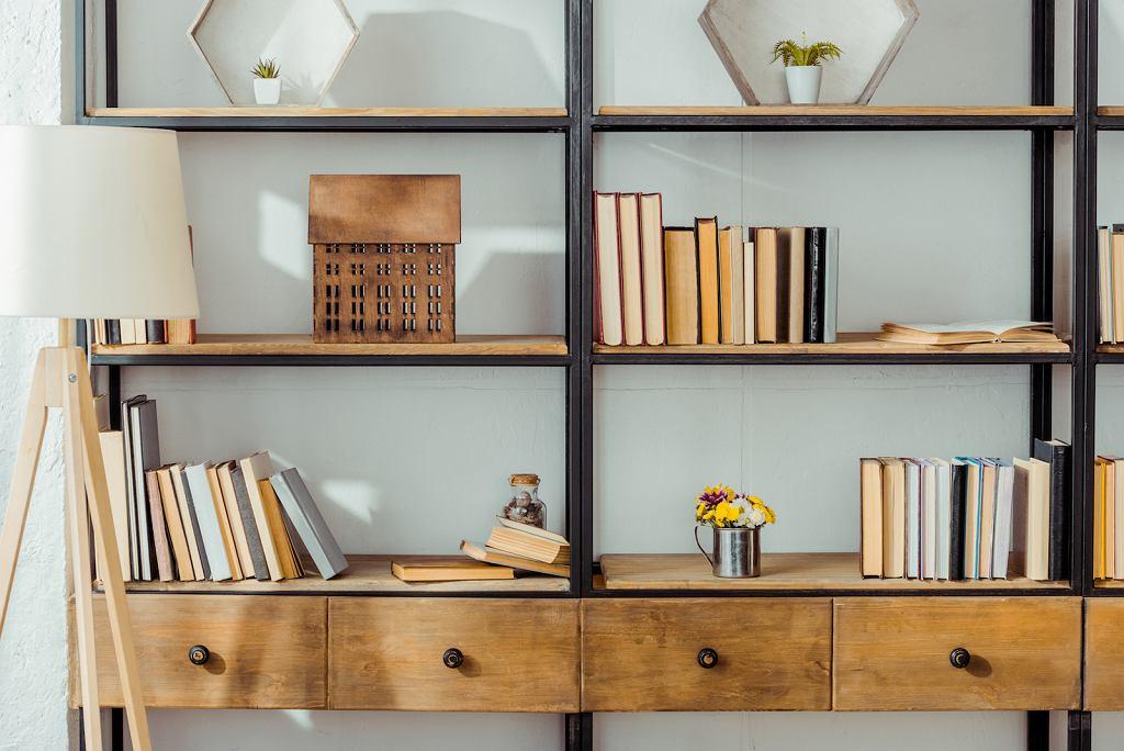 Stylowy regał na książki podkręci klimat domowej biblioteczki.