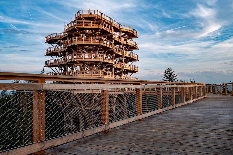 Jej zwieńczeniem jest wieża widokowa, która ma prawie 50 metrów wysokości