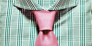 Akademia stylu: jak nosić krawat. Na zdjęciu węzeł windsorski, Akademia stylu: jak nosić krawat, akademia stylu, moda męska, krawat