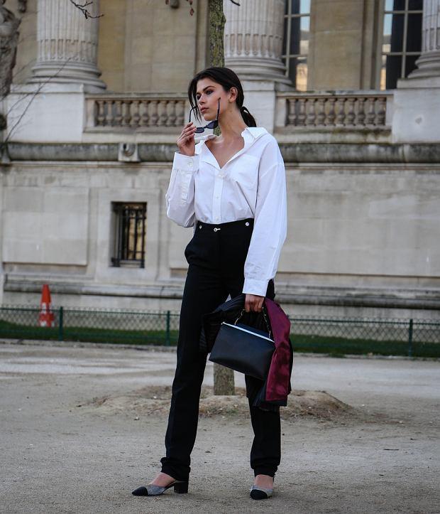 Czarne spodnie i biała koszula to ponadczasowa klasyka