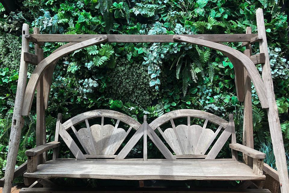 Drewniana huśtawka ogrodowa.