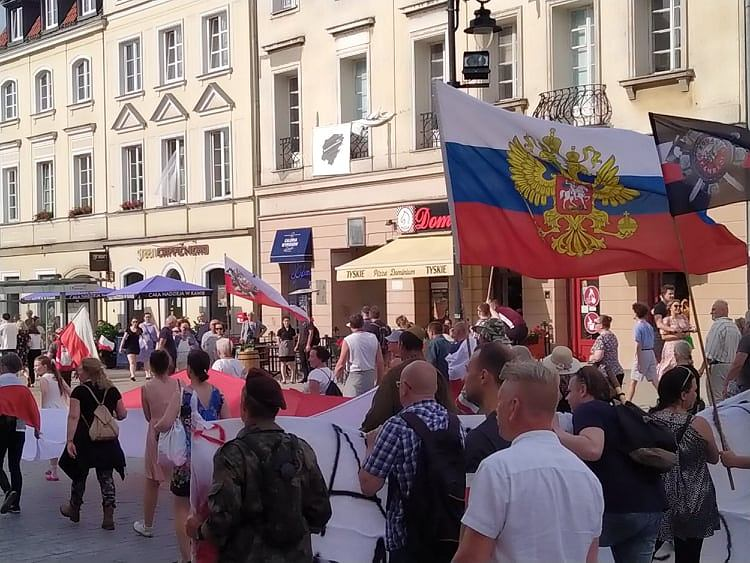 https://bi.im-g.pl/im/f1/fe/19/z27255025V,Rosyjska-flara-na-Marszu-Dmowskiego.jpg