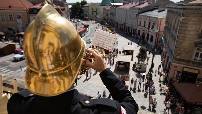 """Lublin żegna Piotra Szczepanika. Miejski trębacz odegrał z balkonu ratusza utwór """"Kochać"""""""