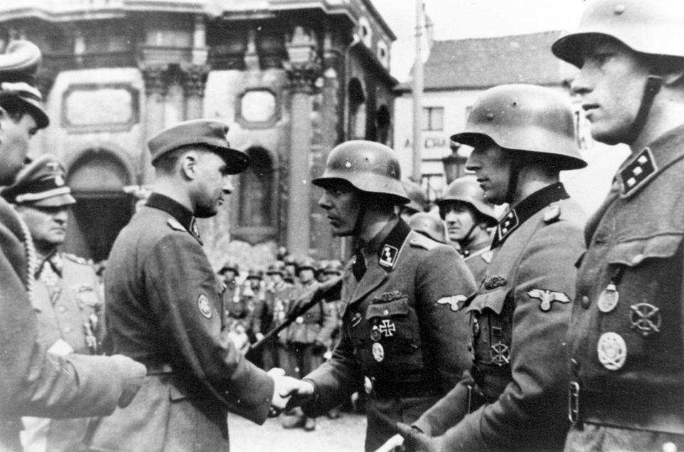 Léon Degrelle (z lewej) wręczający odznaczenia żołnierzom 1. walońskiej dywizji SS. Charleroi, Belgia, 1 kwietnia 1944 r.
