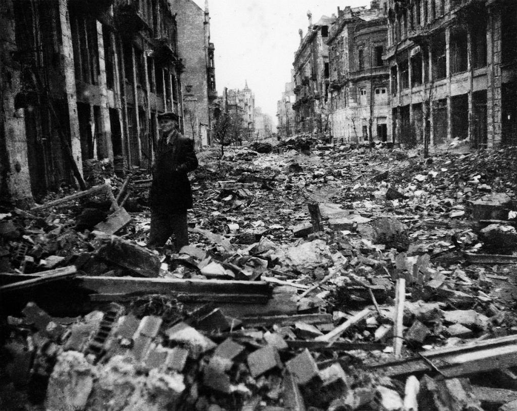 ul. Sienkiewicza, widok w kierunku zachodnim: po prawej kamienica Harczyka, za nią wylot ul. Jasnej i gmach Filharmonii, 1945.