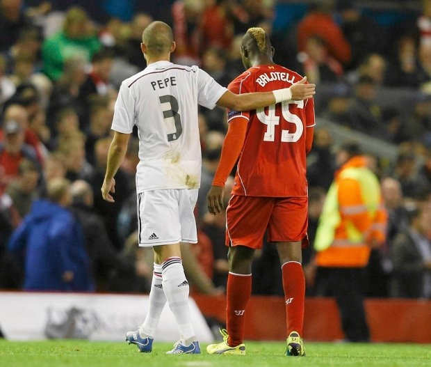 Liverpool's Mario Balotelli (R) walks off the pitch at half-time with Real Madrid's Pepe, before swapping shirts in the tunnel, during their Champions League Group B soccer match at Anfield in Liverpool, northern England October 22, 2014.          REUTERS/Phil Noble (BRITAIN  - Tags: SOCCER SPORT)   SLOWA KLUCZOWE: :rel:d:bm:LR1EAAM1J9O8G