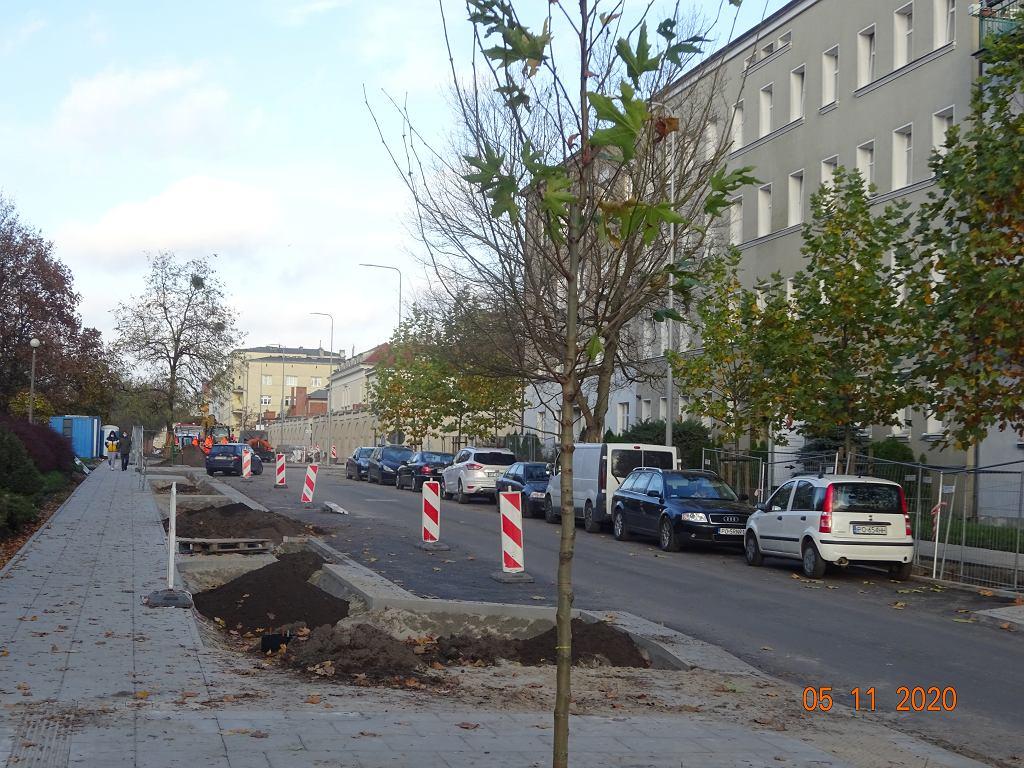 Przygotowywanie miejsca na zieleń, ulica Jarochowskiego w Poznaniu