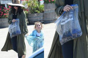 Gdy Megan zeszła już z plaży, natychmiast zaroiło się wokół niej od paparazzich. Luźny płaszcz i trzymana przez aktorkę w ręku reklamówka skutecznie uniemożliwiły im jednak uchwycenie jej ciążowego brzucha.
