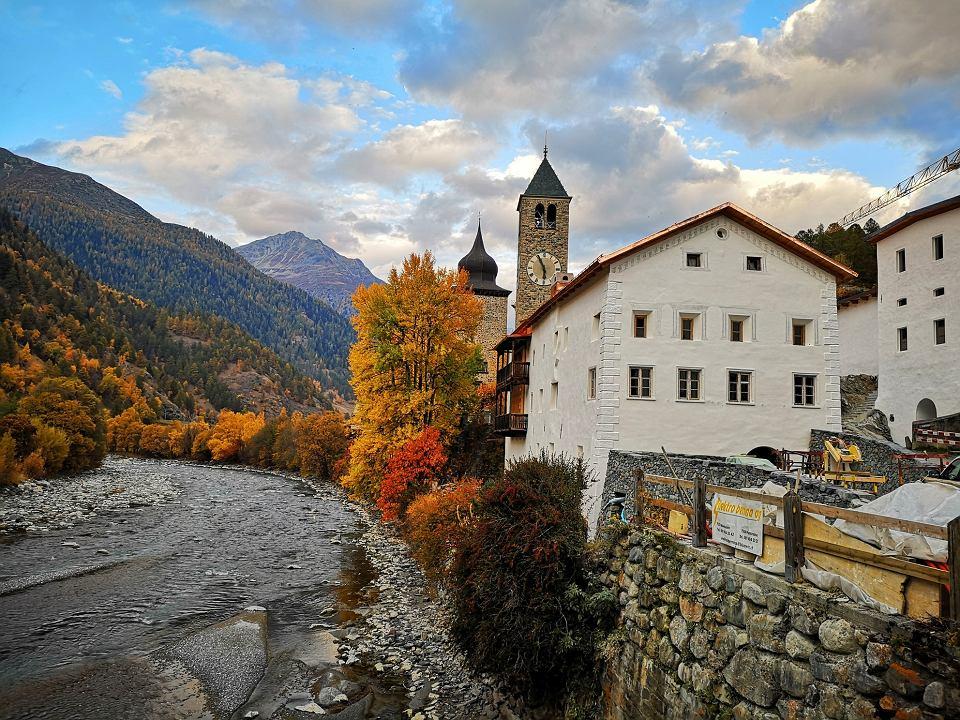Wieś Susch - widok na muzeum i rzekę Inn