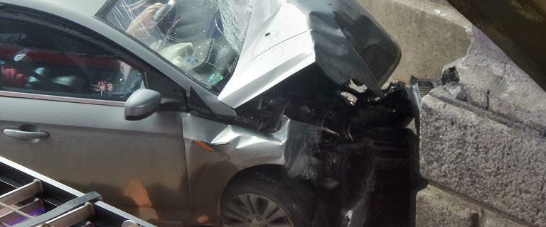 Samochód wbił się w słup pod mostem Poniatowskiego. Nie żyje kierowca