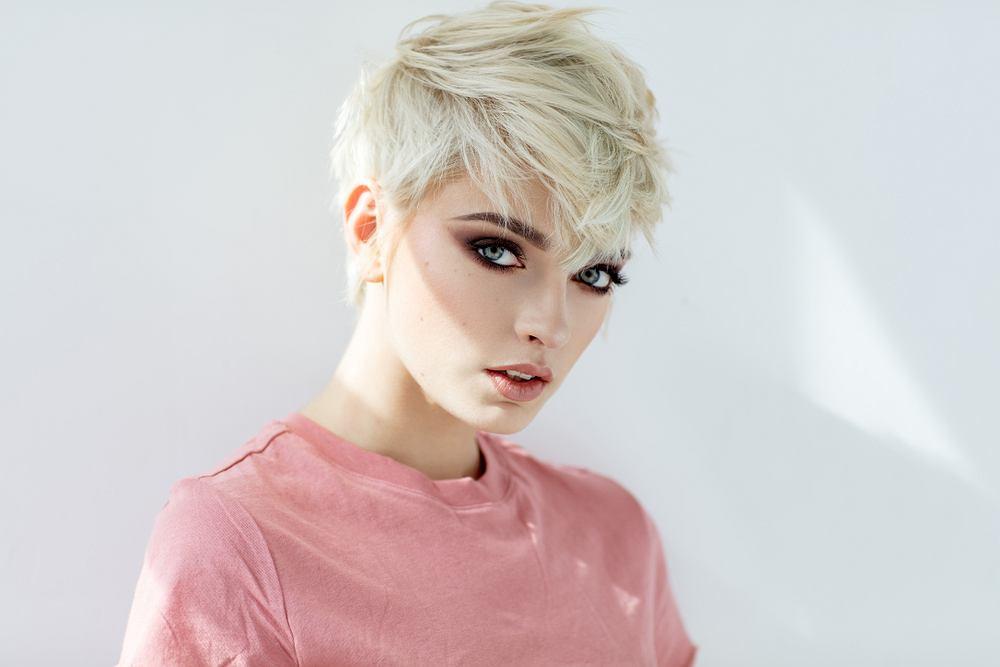 Masz bardzo krótkie włosy? Podpowiadamy, jak się czesać, aby wyglądać kobieco i stylowo. Poznaj modne fryzury damskie na sezon jesień-zima 2019/2020