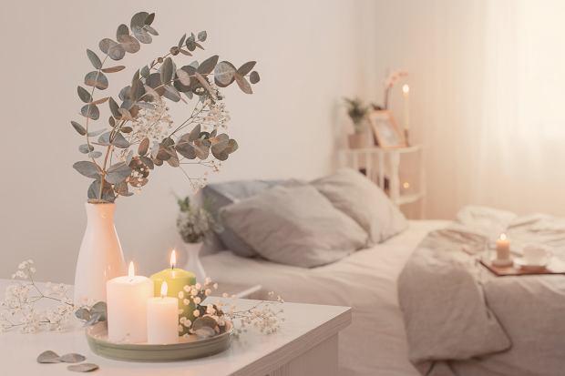 Sypialnia udekorowana świecami.