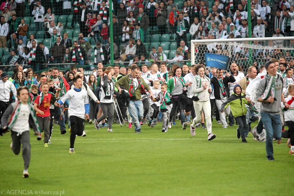 Kibice Legii świętują mistrzostwo na murawie stadionu