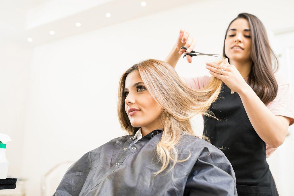 Fryzury dla kwadratowej twarzy, które sprawdzą się najlepiej to przede wszystkim włosy długie i półdługie. Zdjęcie ilustracyjne
