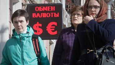 10.04.2018, Petersburg, z powodu sankcji słabnie rubel.
