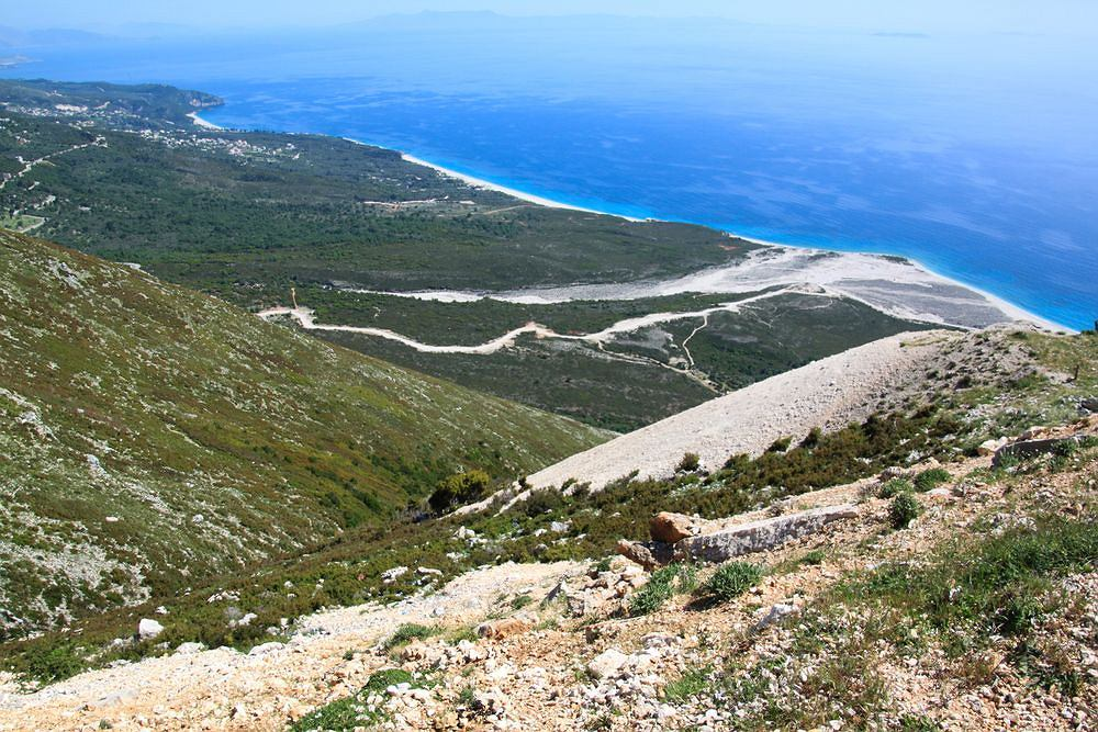 ALBANIA - PARK NARODOWY LLOGARA. Obejmuje teren o powierzchni ponad tysiąca hektarów. Chroni północną część przełęczy Llogara na wysokości od 500 metrów do 2 tys. metrów n.p.m. Porastają ją m.in. rzadkie lasy sosnowe z czarną i bośniacką sosną na czele.