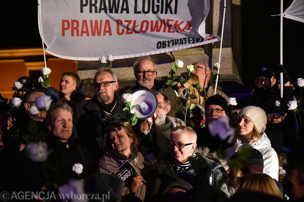 Podczas ostatnich miesięcznic smoleńskich nie brakowało kontrmanifestantów.