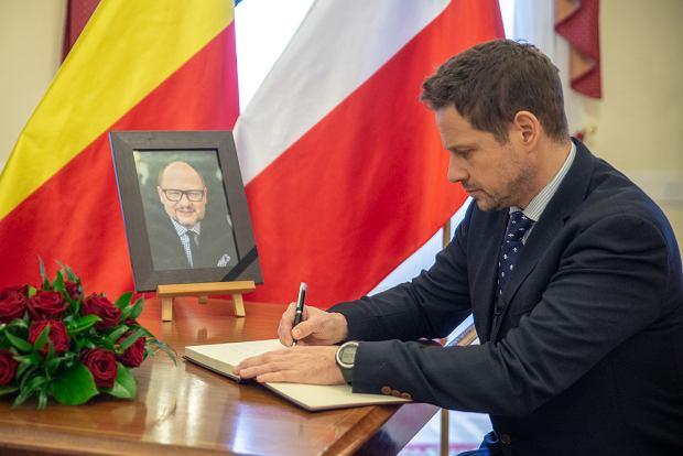 Prezydent Warszawy Rafał Trzaskowski wpisuje się do księgi kondolencyjnej poświęconej pamięci Pawła Adamowicza, prezydenta Gdańska.