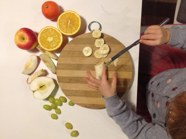 Przygotowanie sałatki owocowej
