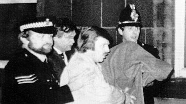 Peter William Sutcliffe doprowadzany przez policję przed sąd (1981 rok)