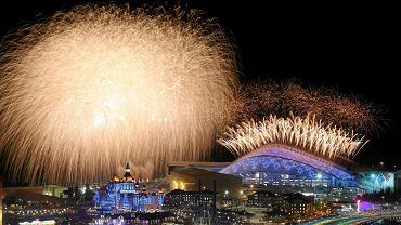 Po prezentacji sportowców nad stadionem znowu pojawiły się efektowne fajerwerki.