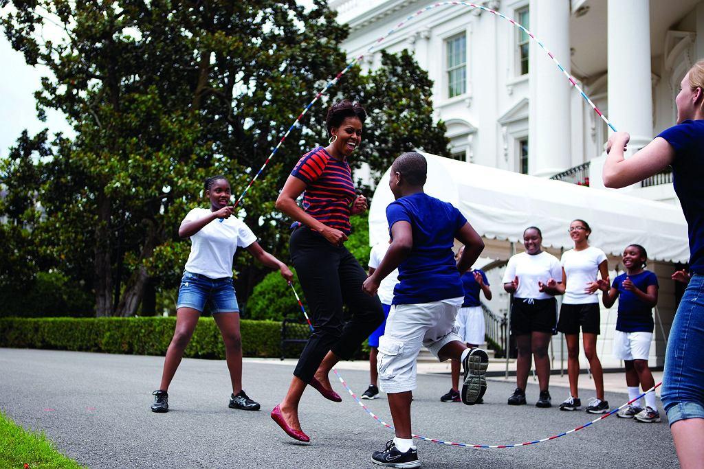 Pierwsza dama skacze przez liny razem z dziećmi zaproszonymi do Białego Domu.