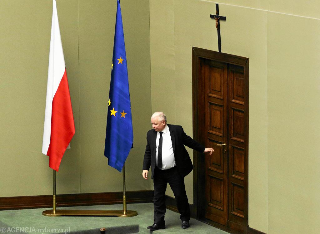 Jarosław Kaczyński (PiS) wchodzi na salę plenarną Sejmu. Nad drzwiami widać krzyż powieszony w 1997 r.
