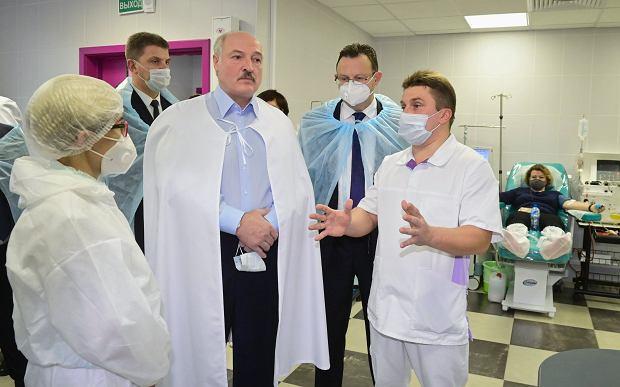Aleksander Łukaszenka  'z gospodarską wizytą' w szpitalu w Mińsku, 27 listopada 2020 r.