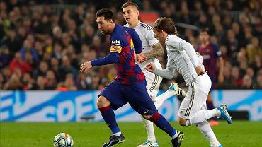 El Classico FC Barcelona - Real Madryt. Leo Messi walczy z Luką Modriciem