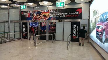Wychodzisz do hali przylotów pod reklamą, na której sponsor Atletico dziękuje za mistrzostwo Hiszpanii.