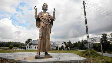 Pomnik Chrystusa Króla z brązu autorstwa Michała Batkiewicza stoi obecnie przed jego pracownią w Szczyglicach koło Krakowa. Rzeźba ma 5,3 m wysokości i jest repliką figury będącej częścią poznańskiego pomnika Wolności zniszczonego w 1939 r. przez hitlerowców