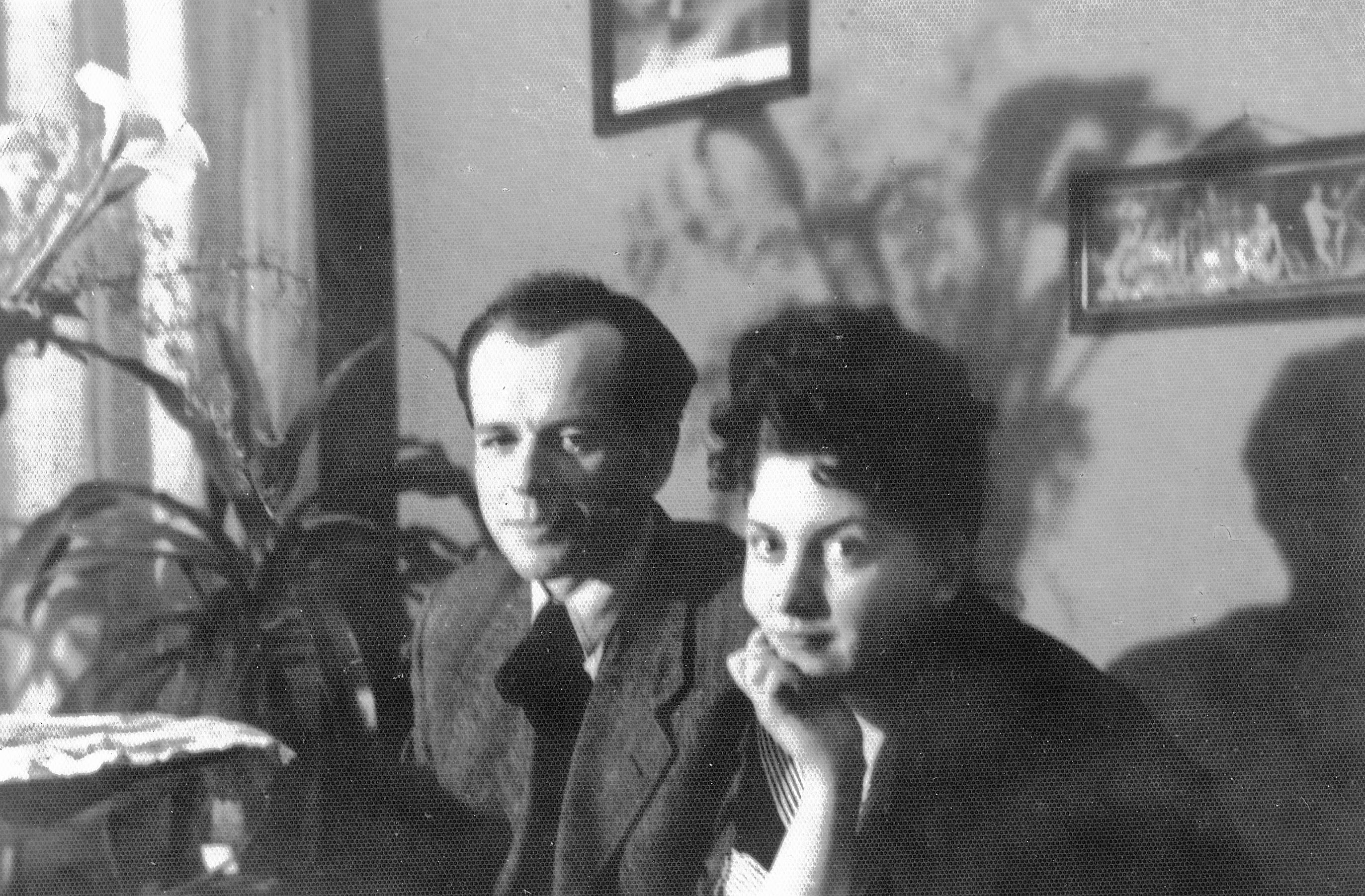 Antoni Kępiński z żoną, wkrótce po ślubie, w mieszkaniu przy Szpitalnej, 10 lutego 1948 (fot. Z archiwum rodzinnego Wisławy Kłodzińskiej-Batruch)