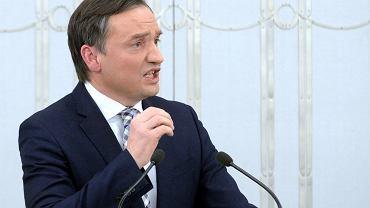 Minister sprawiedliwości i prokurator generalny Zbigniew Ziobro w Senacie mówi na temat 'ustawy kagańcowej'