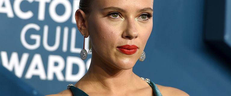 Kobieca Scarlett Johansson w sukni z bardzo głębokim dekoltem