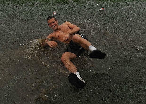 W czasie deszcze Jack Wilshere się nie nudzi
