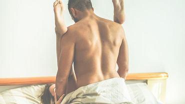 Pozycja huzarska (na pagonach) doczekała się wielu modyfikacji, bo zazwyczaj jest lubiana przez kochanków obu płci