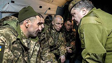 Petro Poroszenko w czasie, gdy był prezydentem Ukrainy, rozmawia z żołnierzami, którzy odzyskali wolność po wymianie jeńców ze stroną rosyjską. Grudzień 2017