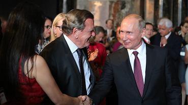 Prezydent Rosji Władimir Putin i Gerhard Schroeder, przewodniczący rady dyrektorów Nord Stream 2, podczas otwarcia wystawy 'Stare mistrzowskie obrazy z Ermitażu' w Museum Historii Sztuki w Wiedniu, 5 czerwca 2018 r.