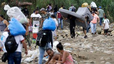 Wenezuelczycy przekraczający granicę z Kolumbią