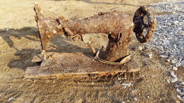 Maszyna do szycia, która znaleziono podczas budowania wieżowca. Archeolodzy ostrożni są jednak w datowaniu przedmiotów