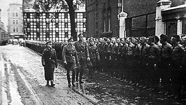 Josef Meier, szef Selbstschutzu, nadburmistrz Werner Kampe i Ludolf von Alvensleben przeglądają swoje oddziały we wrześniu 1939 przy ul. Grodzkiej