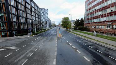 Zupełnie pusta ulica Domaniewska na Służewcu. Zdjęcie wykonane w Poniedziałek Wielkanocny w 2019 r., ale tak właśnie przez większą część dnia wyglądają ulice na Służewcu podczas epidemii koronawirusa