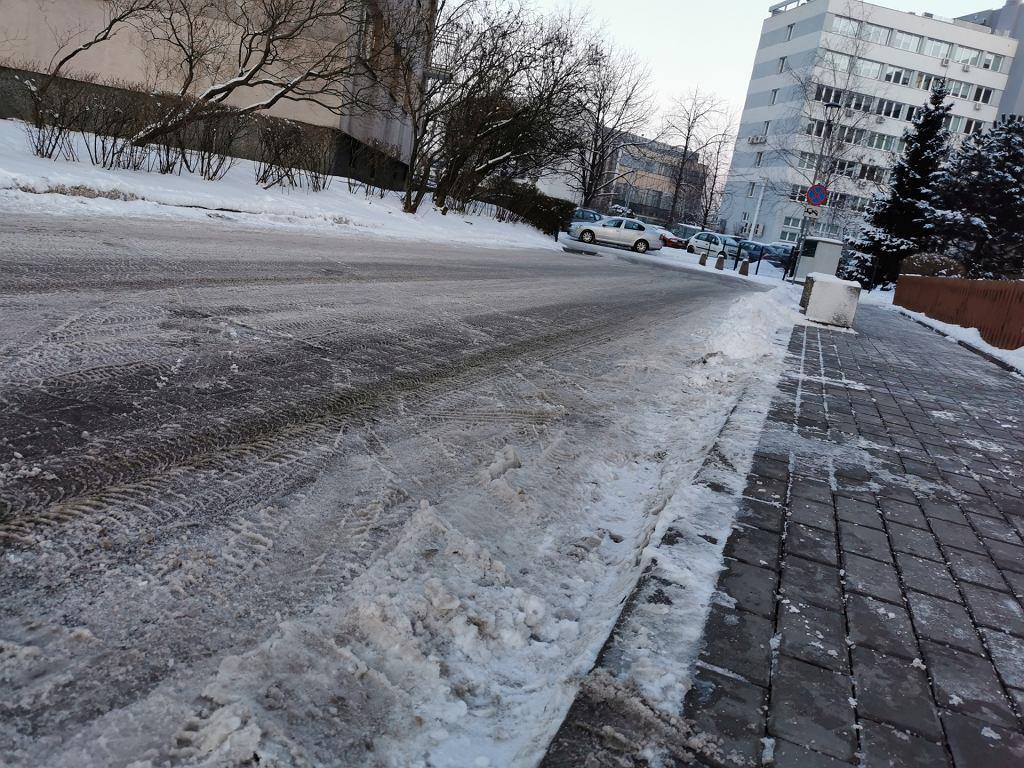 Zdradliwa uliczka zimą