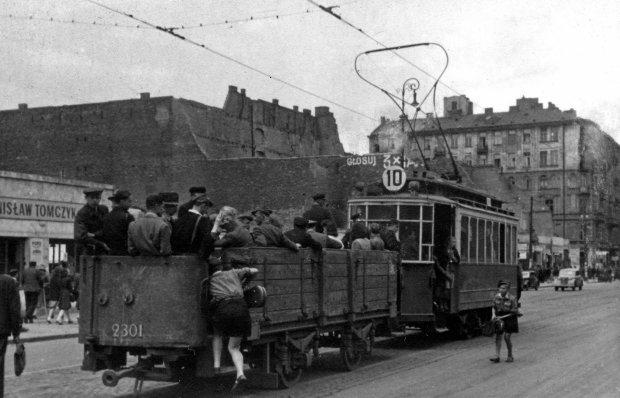 PHOTO: KAROL SZCZECINSKI / EAST NEWS  Tramwaj linii 10 z doczepionym tzw. wozem letnim, powstalym z przebudowy doczepnych wozow towarowych, Warszawa, wrzesien 1946. SLOWA KLUCZOWE: KAROL SZCZECINSKI EAST NEWS TRAMWAJ LINII 10 Z DOCZEPIONYM TZW WOZEM LETNIM POWSTALYM PRZEBUDOWY DOCZEPNYCH WOZOW TOWAROWYCH WARSZAWA WRZESIEN 1946 POLSKA GLOSUJ DZIESIATKA LETNI WOZ POLAND RETRO POWOJENNA WARSAW MIASTO TOWN CITY STOLICA CZARNO-BIALE BLACK AND WHITE MIEJSKA KOMUNIKACJA TRAM LATA 40 40S WAGON