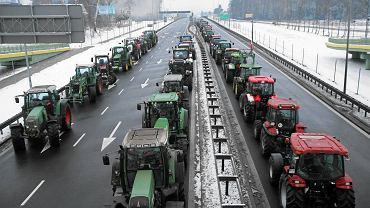Ciągniki blokujące drogę pod Białymstokiem